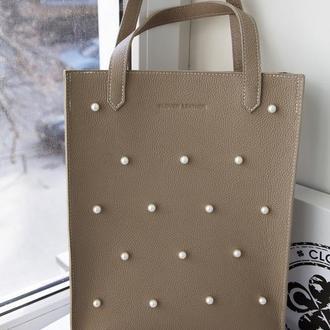 Бежевая  сумка с жемчугом , помещаются документы А4, натуральная КОЖА!