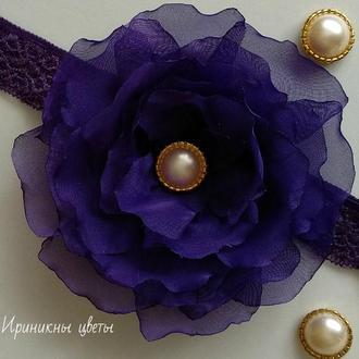 Фиолетовый цветок на повязке из шифона