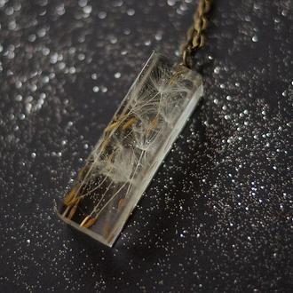 Кулон-кристалл с семенами одуванчика