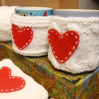 Чехол на чашку белый с сердечком, одежда на кружку, теплушка на чашку