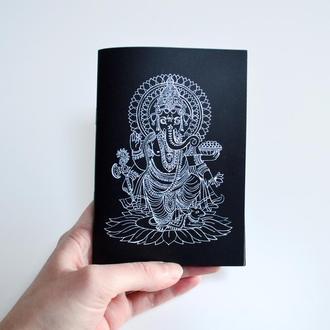 """Блокнот А6 с черными страницами и белая ручка. Авторская иллюстрация """"Ганеша"""""""