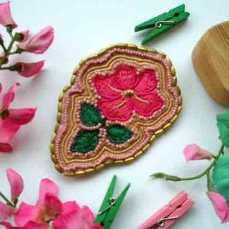 Брошь вышитая цветок из бисера и бусин