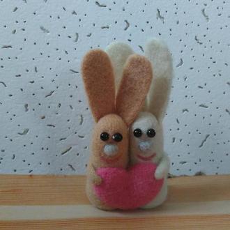 Влюбленные зайчики из шерсти