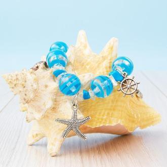 Голубой морская тема браслет из бусин с подвесками: морская звезда, рыба-меч и штурвал.