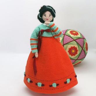 Вязаная кукла в корейском костюме
