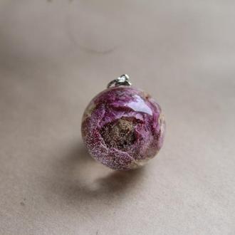 Кулон с двухцветной розой из эпоксидной смолы (украшение)