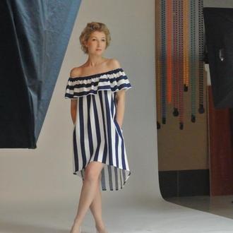 Дизайнерское женское платье с открытыми плечами и воланом