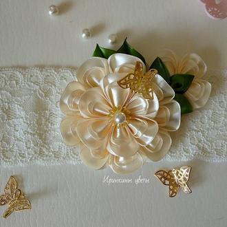 Цветок цвета айвори на повязке