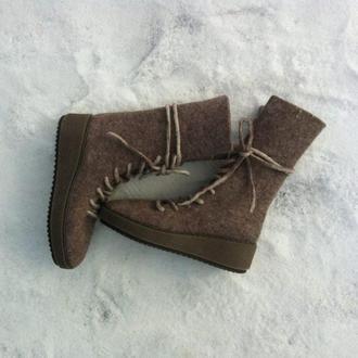 Женские зимние ботинки из войлока коричневые