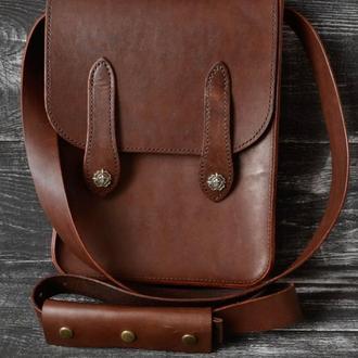 Вертикальная сумка-мессенджер из плотной кожи.