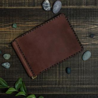 Зажим для денег и банковских карт. Отличается лаконичностью, простотой и стилем. Коньяк