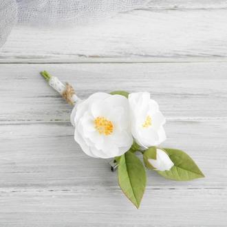 Брошь - бутоньерка с белыми цветами Айва