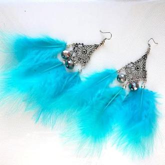 Серьги с голубыми перьями.