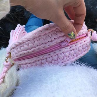 Круглая сумка трикотажная, клатч с кисточкой вязанная, подарок на день рождения, зефирного цвета
