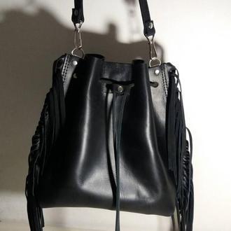 Сумка-мешок на шнурке из натуральной кожи CrazyHorse  с бахрамой. Цвет черный