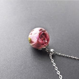 Кулон из эпоксидной смолы с розой