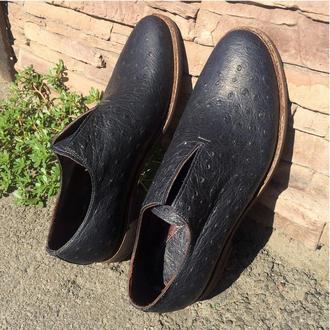 Цельнокройные туфли, тиснение под страуса, подошва Vibram