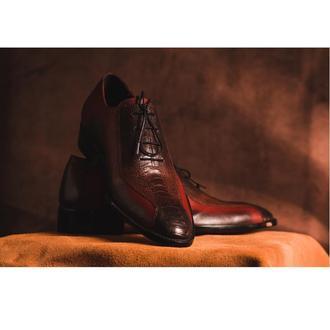 Мужские туфли из кожи страуса с тиснением на подошве.