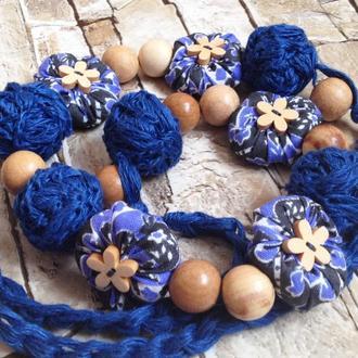 Вязаные бусы из синего льна с цветочными и деревянными бусинами. Колье