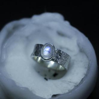 Кольцо с текстурой фольги и лунным камнем