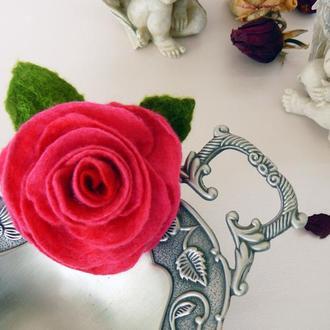 Брошка квітка червона троянда з вовни