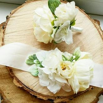 Бутоньерка  белая с пионами Свадебные  белые бутоньерки Бутоньерка на руку Свадебная бутоньерка