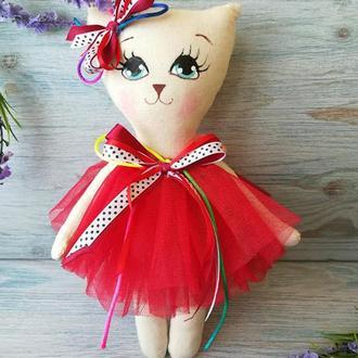 Игрушка кошка в красном платье