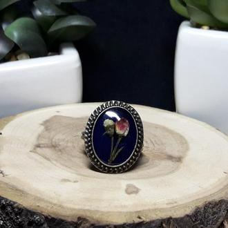 Кольцо с цветами на синем фоне