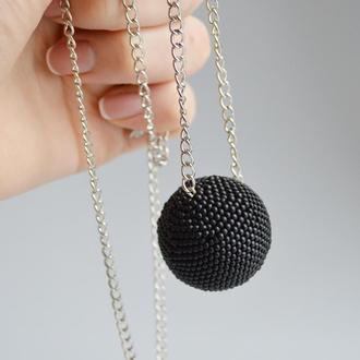 Черный кулон из бисера на цепочке