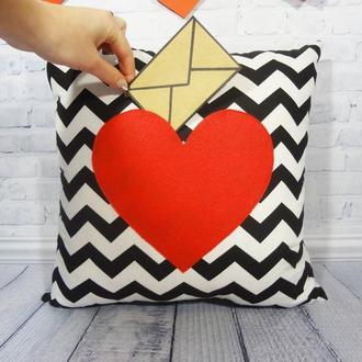 Декоративная подушка с кармашком-сердце для записок
