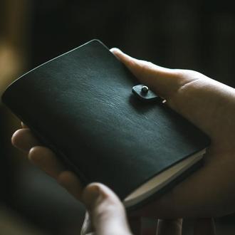 Черный кожаный карманный блокнот с гравировкой