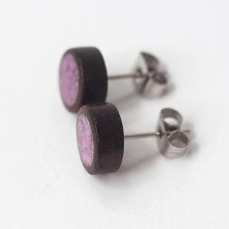 Серьги-гвоздики из палисандра и фиолетового камня