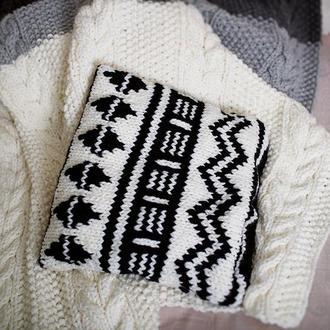 Вязаный чехол (наволочка) для подушки с ацтекским орнаментом