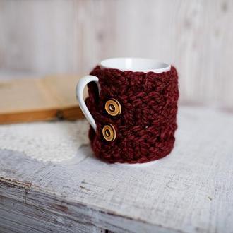 Вязаный чехол для чашки с деревянными пуговицами