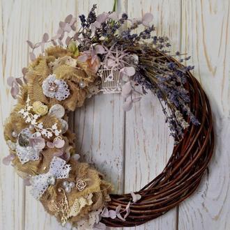 Венок на стену с цветами из мешковины