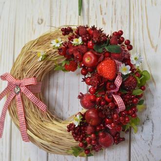 Венок летний с ягодами на стену-дверь-окно