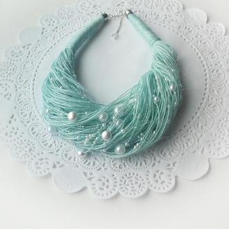Льняное колье небесно-голубого цвета с жемчужными бусинками