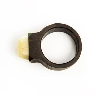 Янтарное кольцо на черном дереве