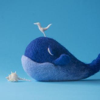 Синий кит валяная интерьерная игрушка