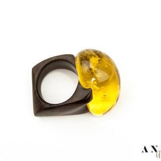 Янтарное кольцо на черном дереве, Размер - 18
