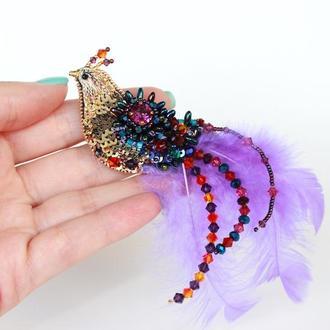 Брошь-птичка из бисера, пайеток, кристаллов, перышек