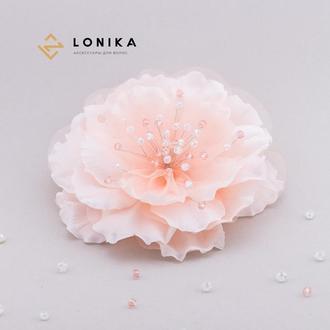 Заколка, брошка в форме цветка в нежно-персиковых тонах