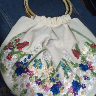 Вышитая лентами летняя сумка