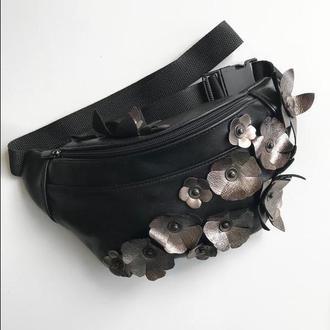 Кожаная сумка на пояс металлическими цветами ,стильная бананка. компактная сумка.