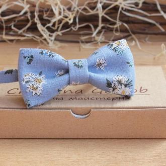 Галстук бабочка голубой в ромашках