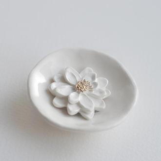 Брошь из фаянса Цветок с золотыми тычинками