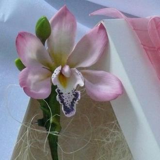 Брошь с орхидеей цимбидиум
