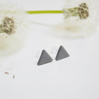 Гвоздики треугольники. Серый цвет. Пастельные оттенки.
