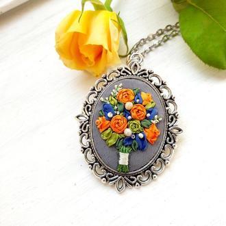Кулон с цветами, миниатюрная вышивка шелковыми лентами, кулон с розами, с розами