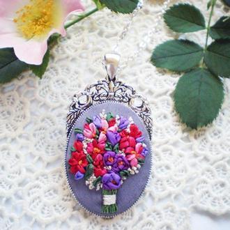 Кулон з квітами, мініатюрна вишивка шовковими стрічками